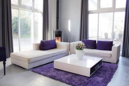 Серый пол в фиолетовом интерьере