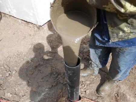 Заливка бетонной смеси в сваю