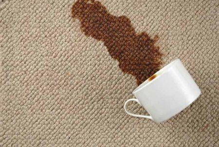 Свежие пятна отмывать с ковров проще, чем застарелые